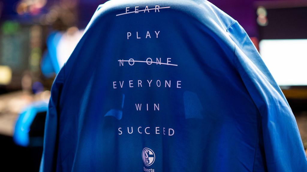 Schalke 04 porta en sus camisetas mucho más que un nombre, una motivación