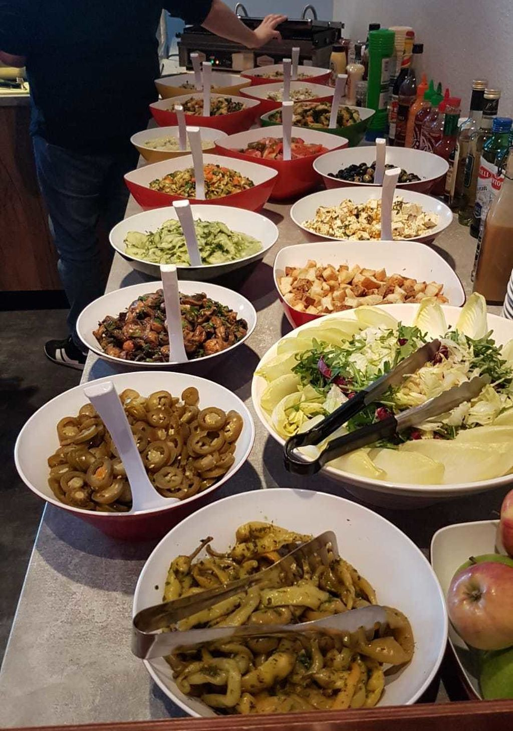 El menú lo prepara una empresa de catering pensando en ofrecer comida variada y saludable